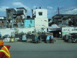 アクセス道路沿線のスラム街