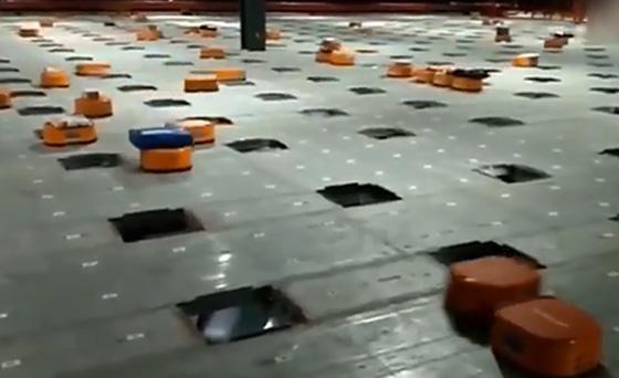 写真1:中国宅配物流センターの仕分けロボット