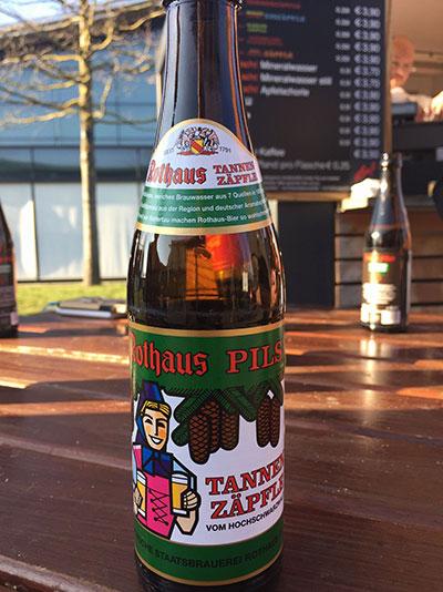 仕事終わりには会場内で地元のビールを味わえます